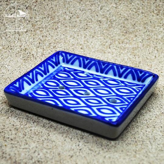Seifenablage mit blauen Rauten